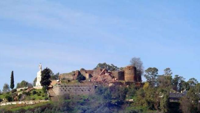 Vista del castillo de Constantina tras el desplome de la torre del homenaje.