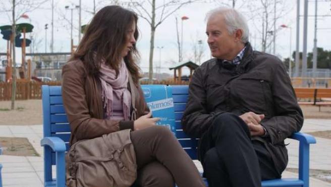 Eloy Suárez dialoga con una joven en el barrio de Valdespartera