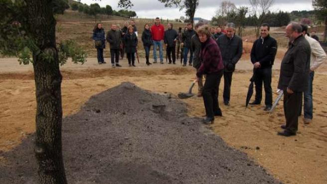 La consejera de Medio Ambiente planta una encina junto al alcalde de Valladolid
