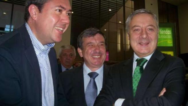 El candidato a la alcaldía del PSOE de Sevilla, Juan Espadas, y el ministro de F