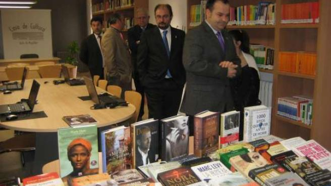 Las autoridades han visitado las salas de la renovada Casa de Cultura