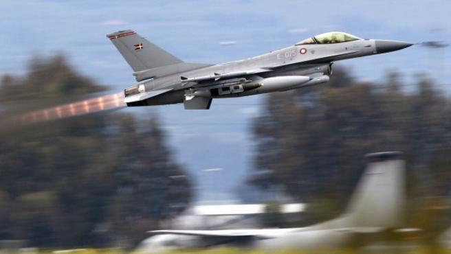 Un F- 16 identificado con la bandera danesa despega en la base aérea de la OTAN en el sur de la isla italiana de Sicilia, dentro de las operaciones militares en Libia.