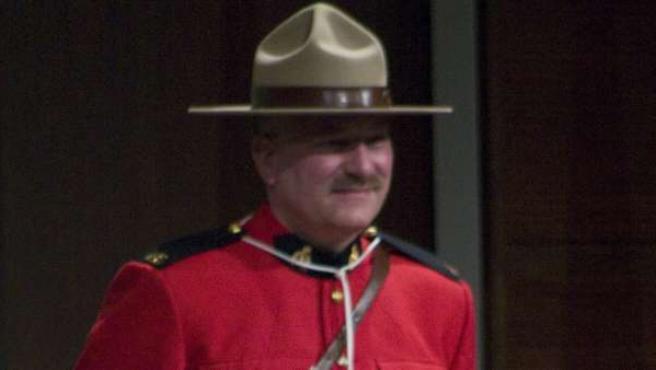 El juez Philip Gaynor y el agente de la Policía Montada Terry Russel participan en una ceremonia de jura de ciudadanía celebrada en el Centro Mars de Toronto (Canadá).