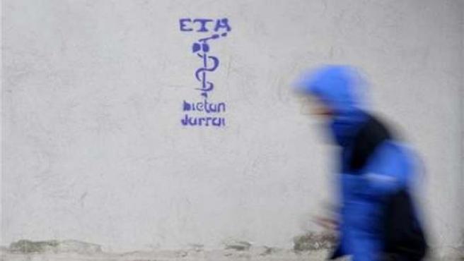 Un hombre pasa junto a un logo de ETA en la población navarra de Leitza, el 2 de febrero de 2011.