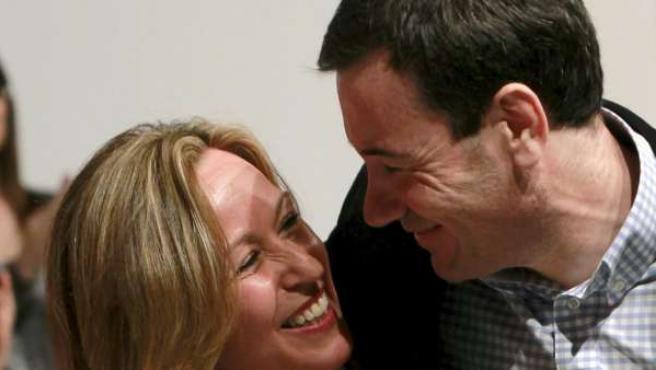 El líder del PSM y candidato a la Comunidad de Madrid, Tomás Gómez, junto a la ministra de Asuntos Exteriores, Trinidad Jiménez.