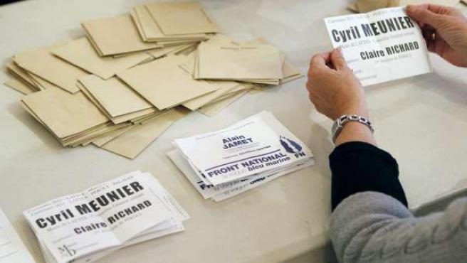 Funcionarios electorales cuentan los votos de la segunda ronda de las elecciones locales en un centro de votación en Lattes, cerca de Montpellier, Francia.