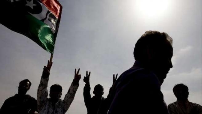 Rebeldes libios celebran la reconquista del territorio en las afueras de Ajdabiya, al este de Libia.
