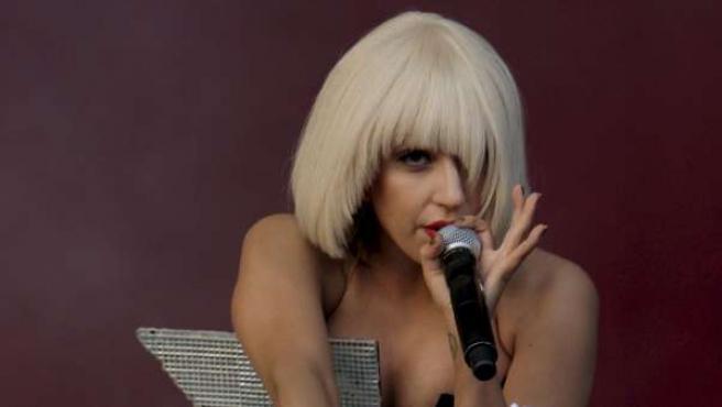 Lady Gaga, con vestido sideral y en acción.