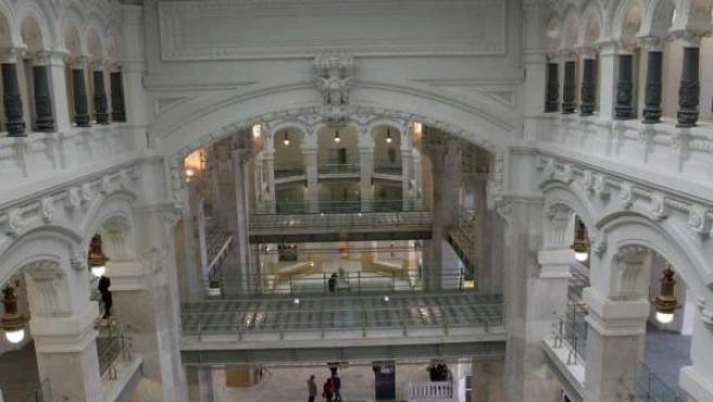 Vestíbulo del Palacio de Cibeles, sede del Ayuntamiento de Madrid, desde una de las salas de exposiciones de las plantas superiores.