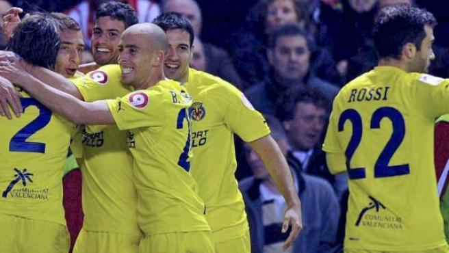 Marco Rubén, delantero del Villarreal, celebra su gol ante el Athletic con sus compañeros la pasada temporada.