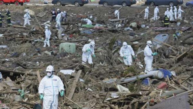 La Policía de Japón busca cadáveres en Fukushima pertrechados con trajes para protegerse de la radiación.
