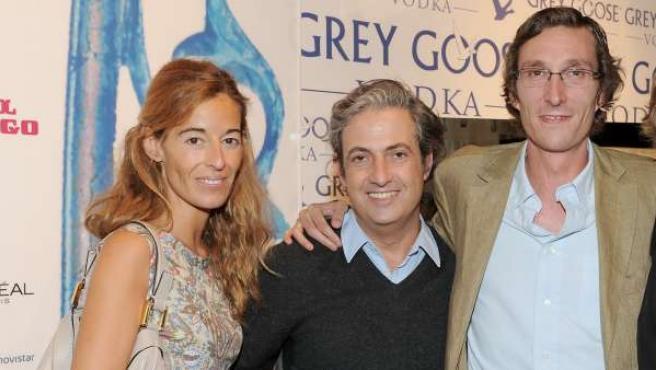 Fernando Gómez-Acebo (dcha) y Mónica Martín Luque (izda) posan en la Madrid Cibeles Fashion Week junto al diseñador Palacios.