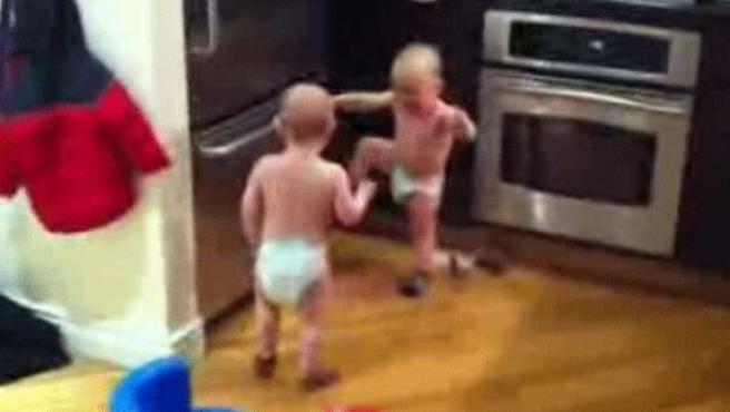 La divertida conversación entre dos bebés.