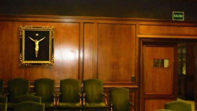 Un cuadro de un crucifijo en el salón de plenos de la Diputación Provincial de A
