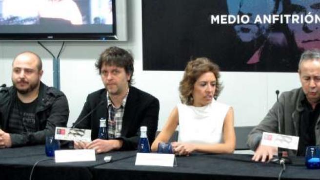 El director de 'Intruders', Juan Carlos Fresnadillo, junto a los productores en