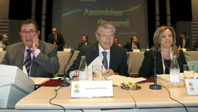 El presidente de Caja Mediterráneo, Modesto Crespo, y la directora general de la entidad, María Dolores Amorós (d), en la asamblea general extraordinaria.
