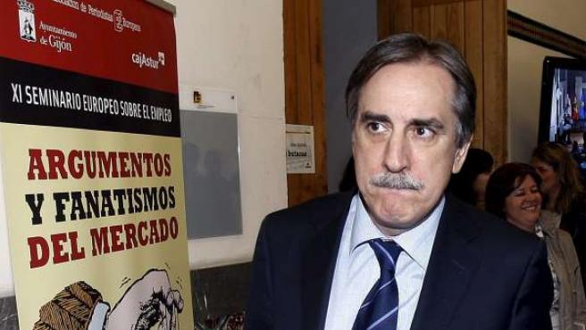 El ministro de Trabajo, Valeriano Gómez, a su llegada al XI Seminario sobre el Empleo en Gijón.