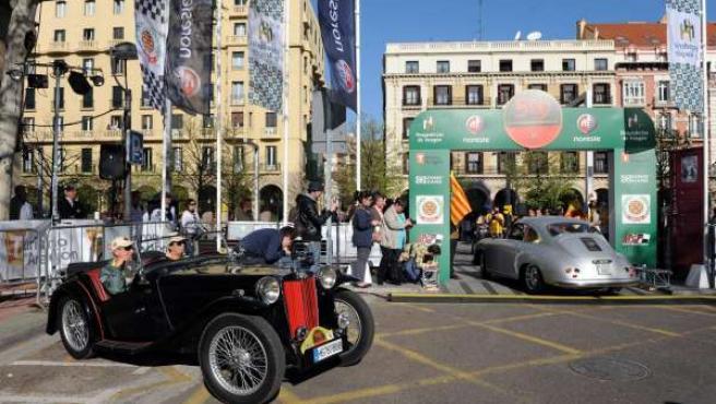 Salida de los vehículos del Rally de Hospederías de Aragón, en Zaragoza