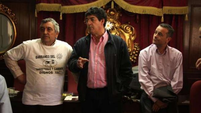 Valderas y Castro con un representante de los vecinos de Almogía (Málaga)