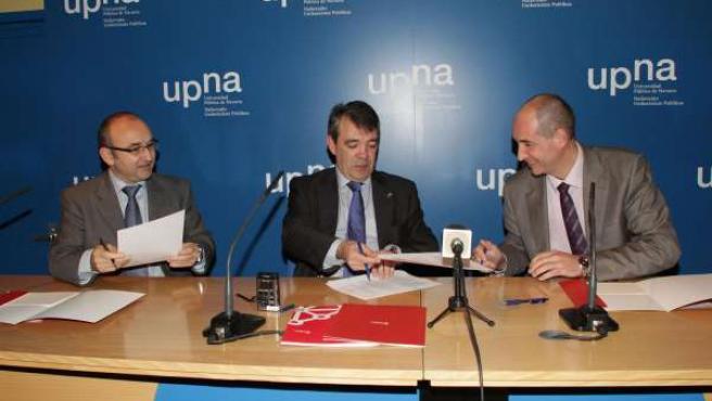 Ignacio Matías, vicepresidente Caballero y Mikel Martínez, durante la firma del