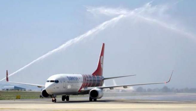 Llegada del primer vuelo directo Estambul-Valencia de Turkish Airlines.