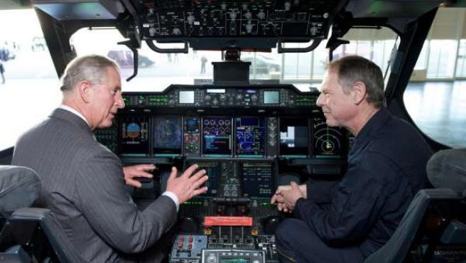 El Príncipe de Gales junto a Ed Strongman