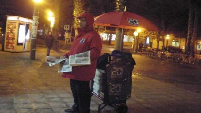 Rafael Camacho, repartidor de '20minutos' en la estación de Castelldefels (Barcelona).