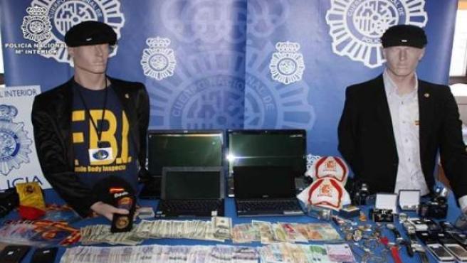 Objetos y uniformes incautados a los policías falsos.