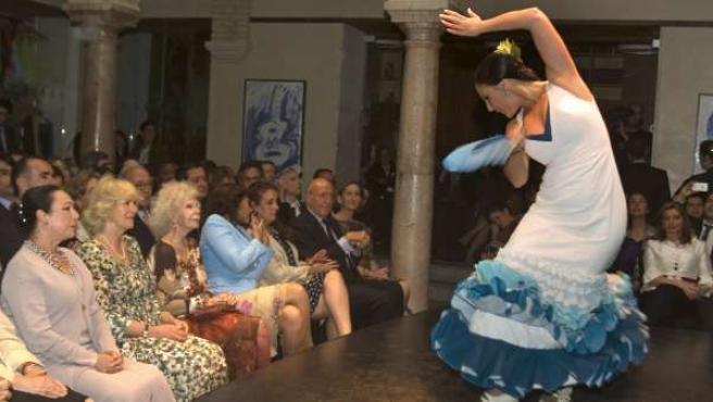 La duquesa de Cornualles, Camila (2i) y la duquesa de Alba, Cayetana (3i), junto a la bailaora Cristina Hoyos (i), contemplan un espectáculo de flamenco.