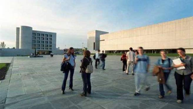Algunos estudiantes en un campus universitario.
