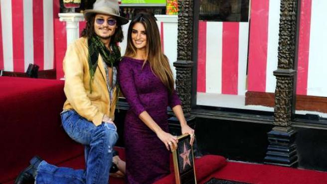 La actriz española Penélope Cruz posa junto al actor estadounidense Johnny Depp al lado de su estrella del Paseo de la Fama de Hollywood.