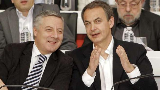 El vicesecretario general del PSOE y ministro de Fomento, José Blanco, junto a Rodríguez Zapatero en el Comité Federal del PSOE .