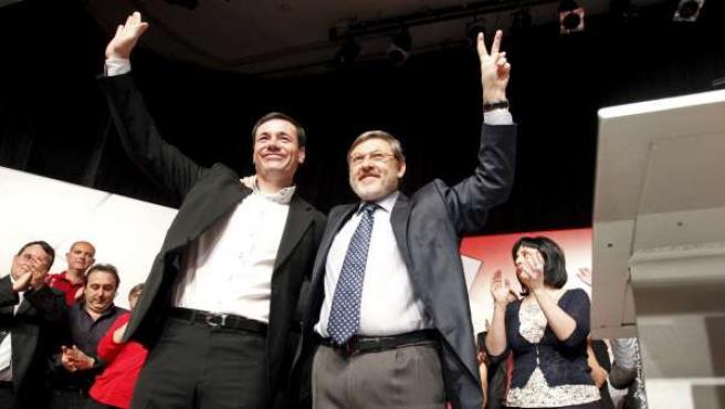El líder de los socialistas madrileños, Tomás Gómez (i), junto al candidato por el PSM a la alcaldía de Madrid, Jaime Lissavetzky.