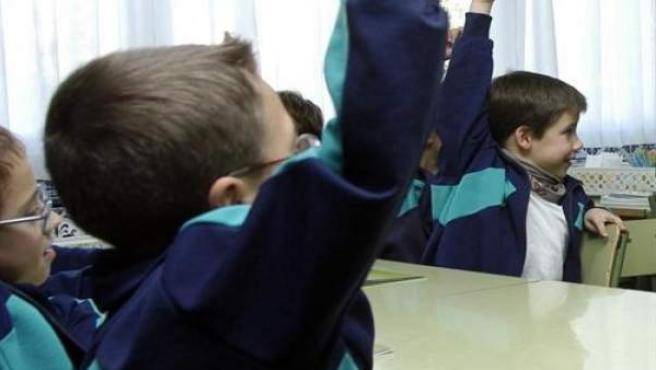 Varios niños, en una clase.