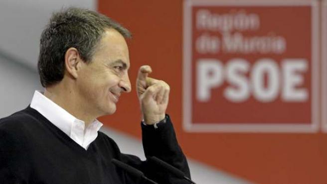 El secretario general del PSOE y presidente del Gobierno, José Luis Rodríguez Zapatero, forma con sus dedos el gesto de la ceja utilizado en su campaña, durante el acto celebrado en Murcia.
