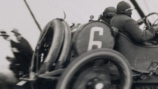 Jacques Henri Lartigue (1894-1986) hizo esta foto en 1913. Hasta entonces a nadie se le había ocurrido mover la cámara en la dirección de un en objeto en marcha.