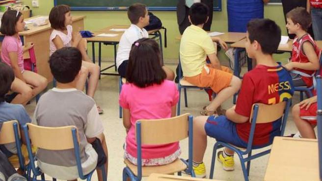 Un grupo de niños, en una clase.