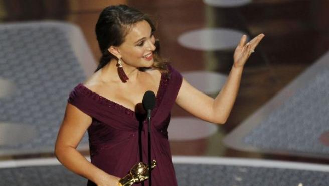 Natalie Portman recogiendo el Oscar a mejor actriz por su papel de bailarina en 'Cisne negro'.