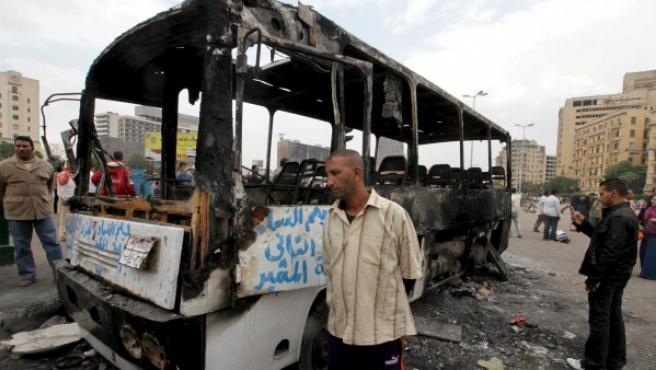 Los restos de un autobús calcinado permanecen en la céntrica plaza Tahrir de El Cairo (Egipto), tras los violentos enfrentamientos entre manifestantes y militares.
