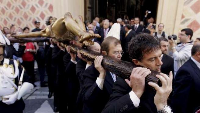 El actor Antonio Banderas porta la imagen de un crucificado a hombros por Málaga.