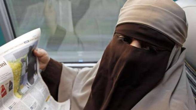 Una mujer con burka en el tren de Avignon a París.