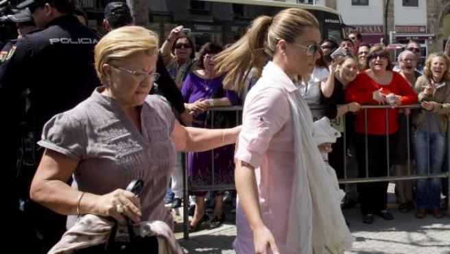 María José Campanario y su madre Remedios Torres (i), a su llegada a la Audiencia Provincial de Cádiz, donde ha dado comienzo el juicio de la 'Operación Karlos'.