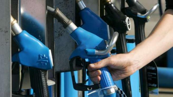 Un hombre se dispone a echar gasolina en su vehículo.