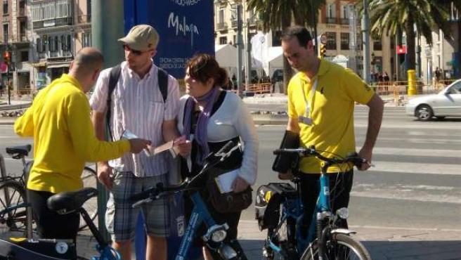 Informadores turísticos en bicicleta atienden a turistas en Málaga capital
