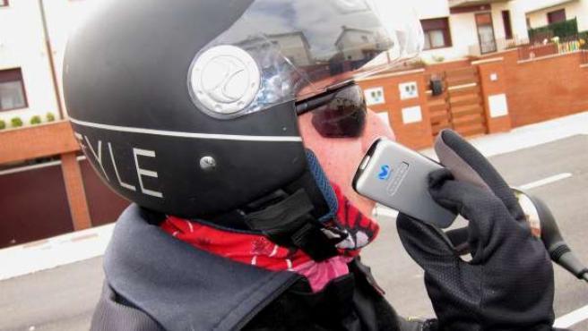 Un motorista habla por el móvil