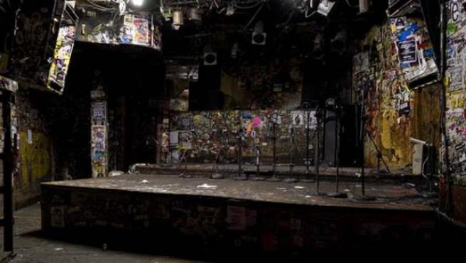 El interior del CBGB tras su cierre, con el escenario al fondo.