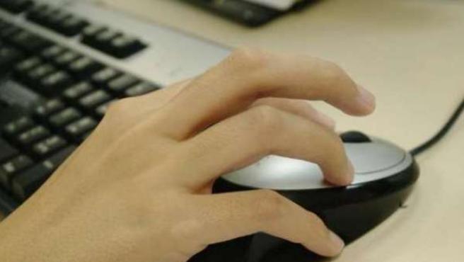 Una persona utiliza su ordenador.