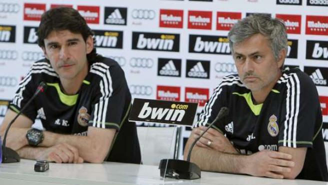 El entrenador del Real Madrid, el portugués Jose Mourinho, y su ayudante Aitor Karanka, antes de ser plantados por los periodistas en el día previo al Madrid - Barça.