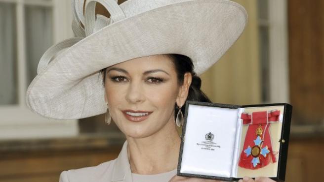 La actriz Catherine Zeta-Jones muestra el galardón honorífico CBE (Comandante de la Orden del Imperio Británico), concedido por la reina Isabel II, por sus servicios a la industria cinematográfica y por su contribución benéfica.
