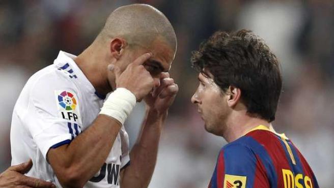 El delantero argentino del FC Barcelona, Leo Messi (d), discute una jugada con el defensa portugués del Real Madrid, Pepe (i), en una encuentro de la pasada temporada.